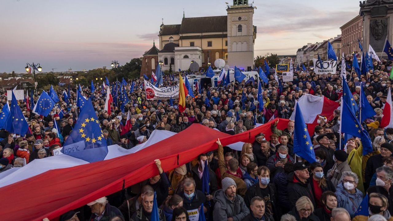 Manifestation pro-Europe devant le château royal de la place centrale de Varsovie le 10octobre 2021.
