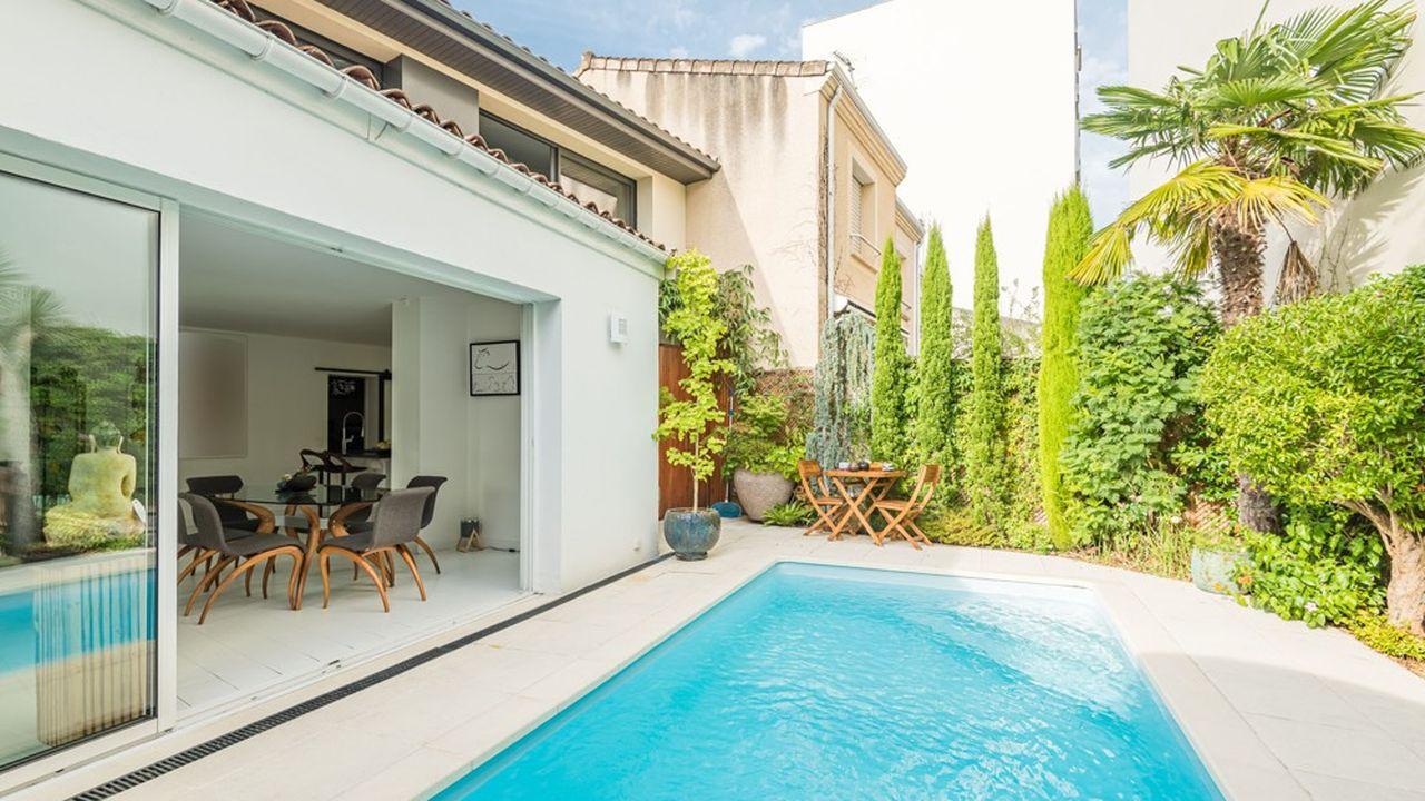 Cette double échoppe bordelaise entièrement rénovée de 195 m² est dotée d'un jardin de 70 m² avec piscine.