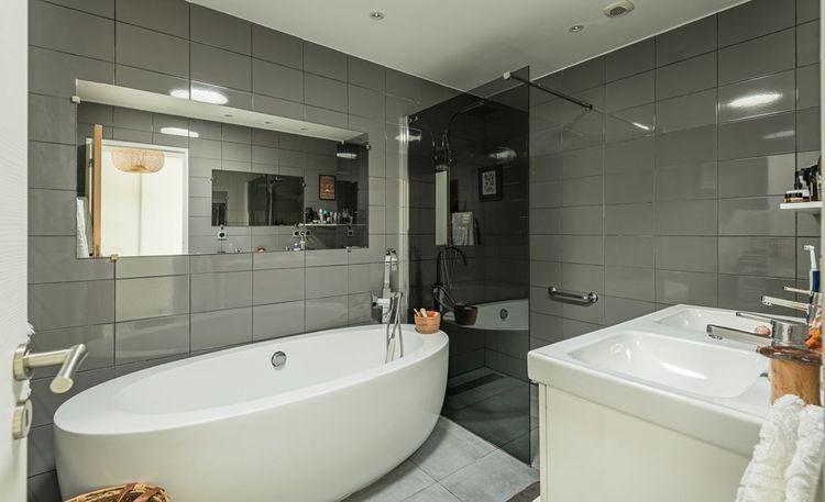 Cette maison dispose d'une suite parentale comprenant un dressing et une salle de bains privative.