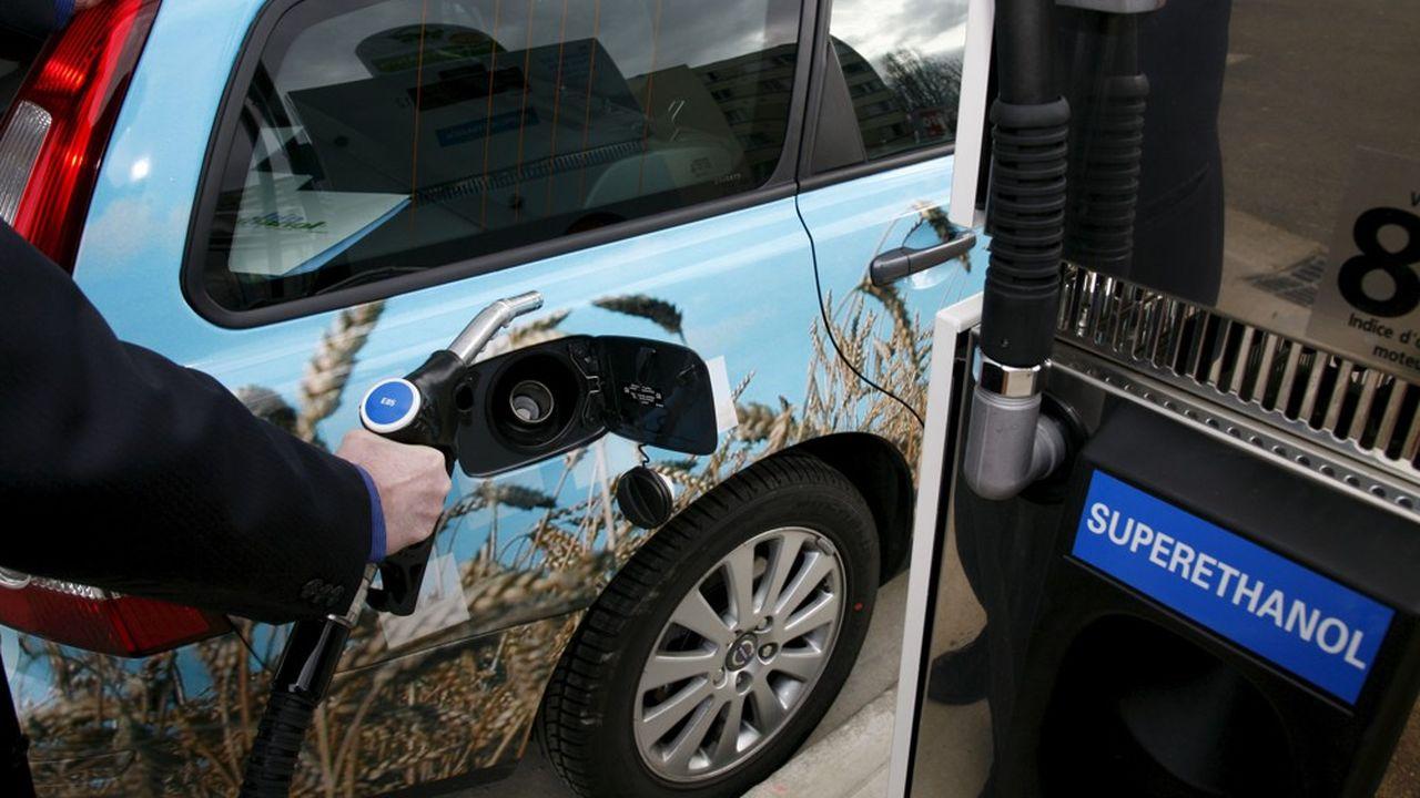 Les pompes de bioéthanol E85, de plus en plus nombreuses, injectent 85% d'éthanol et 15% d'essence.