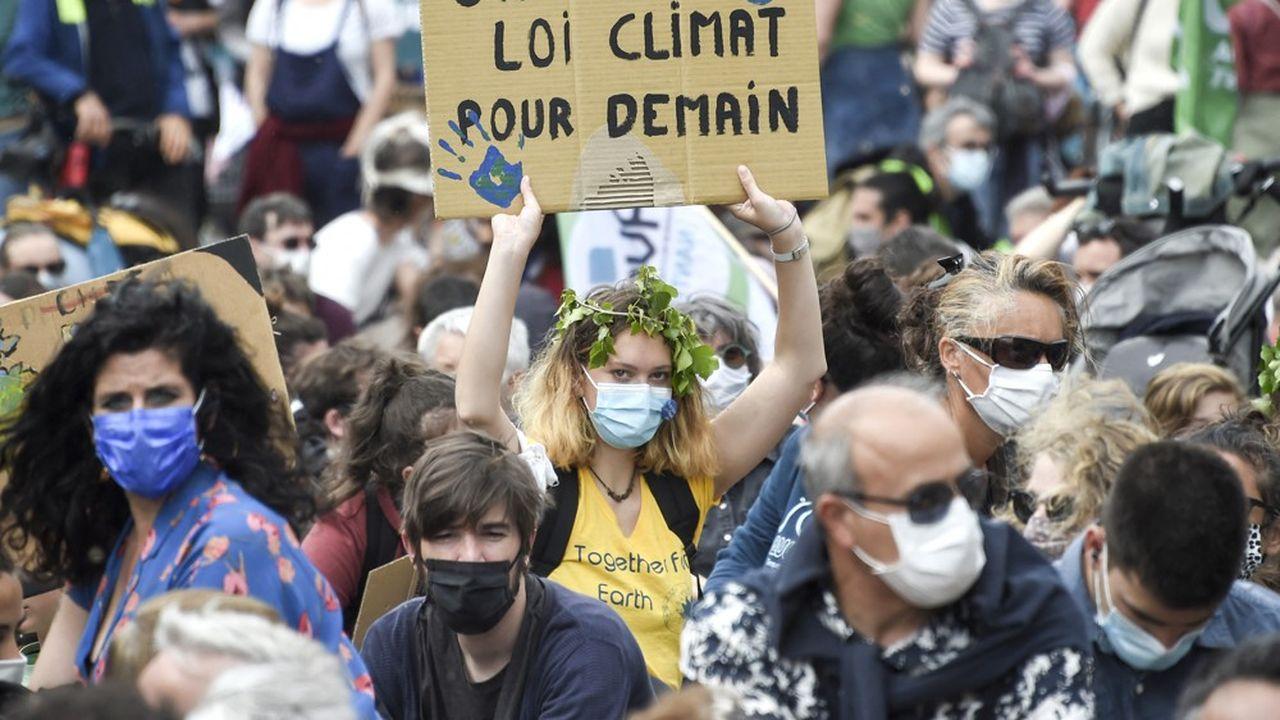 L'Etat aura désormais des comptes à rendre à la justice s'il ne respecte pas les engagements qu'il s'est fixés pour réduire les émissions de gaz à effet de serre. (photo: lors d'une Marche pour le climat à Nantes en mai2021.